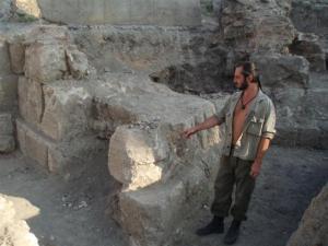 Денислав Денев от музея в Силистра показва една от новооткритите триъгълни кули