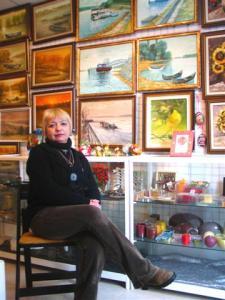 Галеристката Диана Кисьова е подредила галерията с много любов и усет към красотата