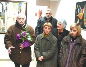 Йордан Маринов /крайният вляво/ откри галерията си в присъствието на обичното си семейство и много приятели и почитатели