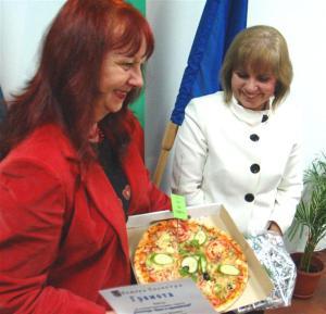 """Наградата за служителите от сектор """"Бюджет"""" в общината - добилата популярност постна пица, заради ефектно украсената стая, в която работят."""