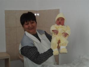 Медицниска сестра показа на журналистите Веселин, който е първото бебе, родено за тази година в Силистра.