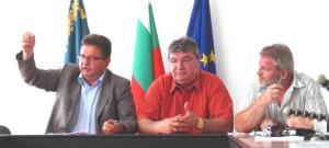 """Кметът на Дулово Гюнер Рамиз /вляво/: """"Никой не е с нас, даже и комарите не са с нас""""."""