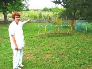 Петрова показва мястото в яслата, където са открити стършелите.